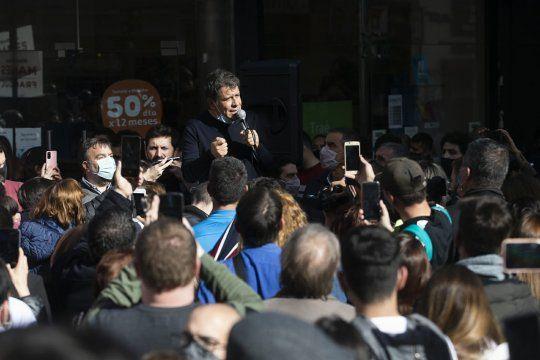 Pablo Juliano, detrás de Facundo Manes en uno de los actos de campaña en La Plata, donde es referente.
