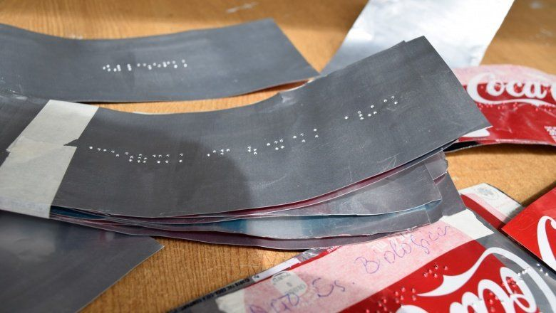 Un alumno ciego del Colegio Nacional colocó señalización en braille en todas las aulas