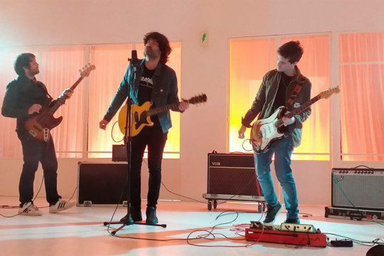 villa rayo sigue presentando su disco debut: ?algo peligroso?