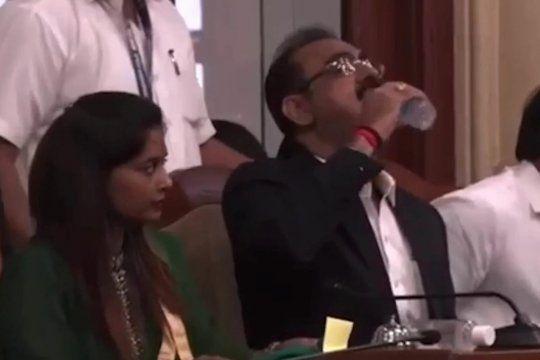 El funcionario de la India que tomó de una botella de alcohol en gel creyendo que era de agua