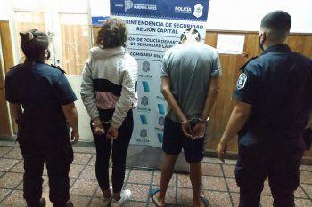 Intentaban vender un celular robado a los propios policías.
