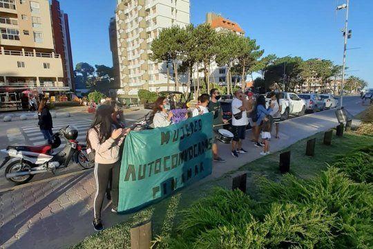 La manifestación tuvo lugar ayer frente al restaurante Fuegos de Pinamar