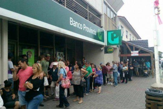 inmensas filas en los cajeros: el banco central aseguro que los bancos cuentan con stock de dinero suficiente