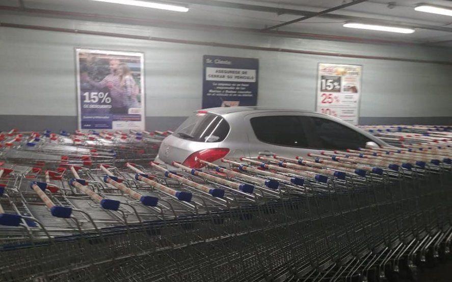 Insólito: estacionó mal en un supermercado y la reacción de los empleados se volvió viral