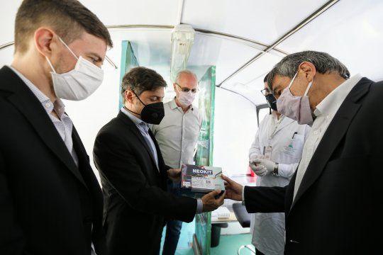 Kicillof puso en marcha la Unidad de Refuerzo Sanitario de Mar del Plata y recorrió las instalaciones de un centro de investigación