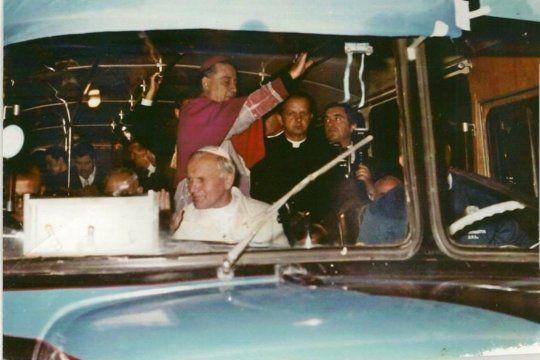 En el hilo de la cuenta de Twitter de @walkingconurban no falta la foto del Papa Wojtyla circulando en colectivo por las calles del conurbano