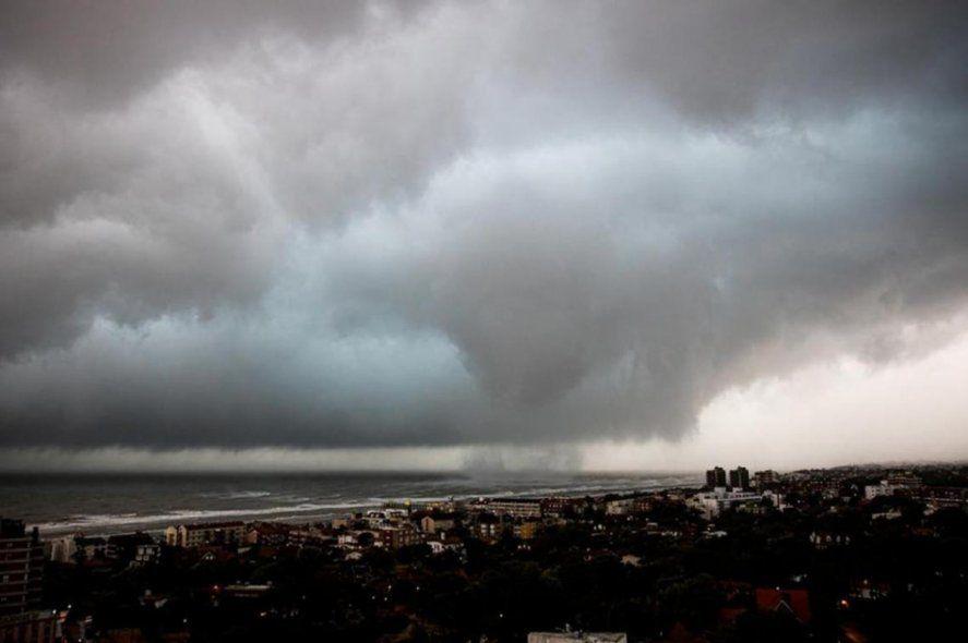 Tornados y una tromba marina provocaron destrozos en Pinamar