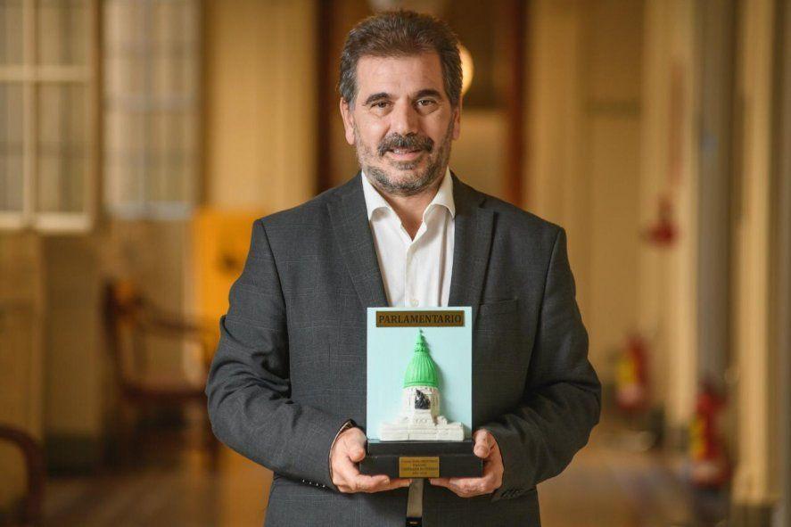 Cristian Ritondo muestra su premio a mejor diputado del 2020.