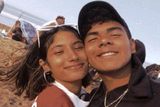 Fernando Báez, de 18 años, junto a su novia