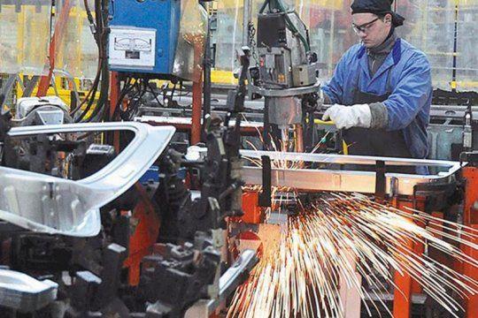 un informe de fiel afirmo que la industria se desplomo 8,5% durante enero