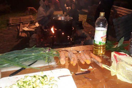 un plato caliente: conoce a los vecinos de la plata que organizan una olla popular para 200 personas