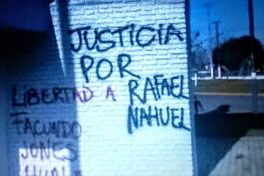 detienen a dos mapuches cuando pintaban una pared pidiendo justicia por rafael nahuel