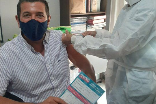 Guillermo Pacheco, el intendente radical de Carlos Pellegrini, recibió la vacuna Sputnik V.
