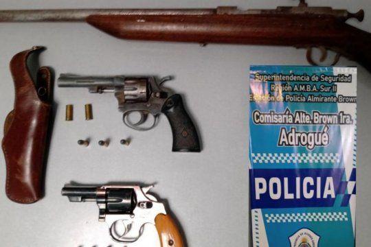 En la casa de la abuela pistolera, así la bautizaron, hallaron armas y balas