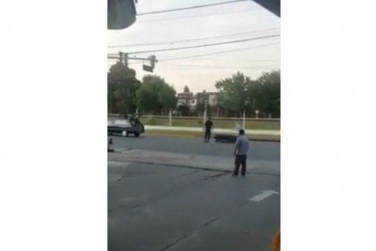 ?se te cayo el muerto?, le gritaron al conductor del coche funebre que perdio un ataud en una calle de merlo