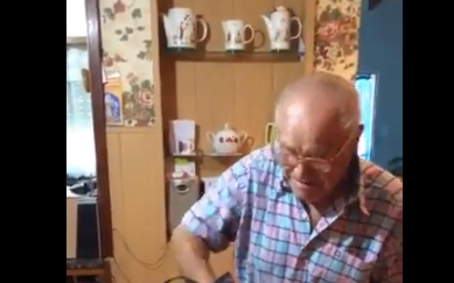Años sin tener una mascota: mirá la increíble reacción de estos abuelos al recibir una perrita de regalo