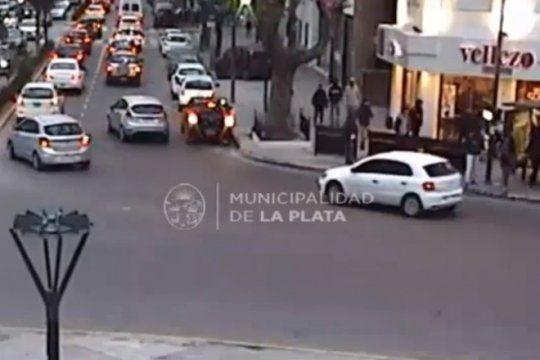 inexplicable: atacaron a piedrazos a un grupo de chicos en pleno centro de la plata