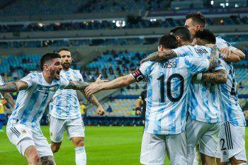 La Selección Argentina festeja el gol de Ángel Di María en la final ante Brasil