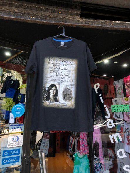 Un posteo de Twitter mostró la remera del DNI de Cristina exhibida en un local del barrio chino porteño