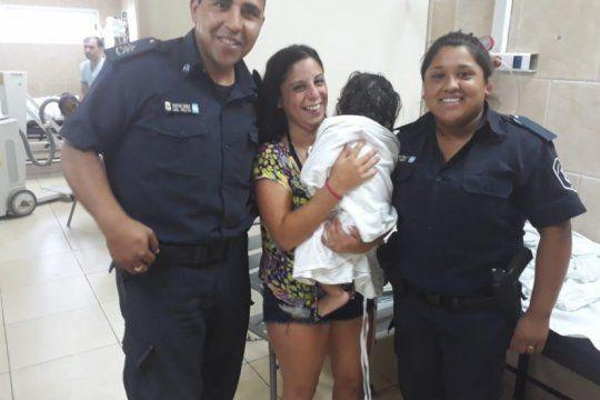 pilar: dos policias le salvaron la vida a una nena de un ano que se habia caido a una pileta