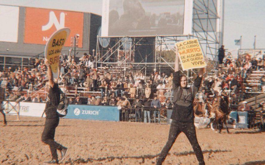 Video: la violenta respuesta de un grupo de gauchos ante una protesta de activistas veganos en La Rural