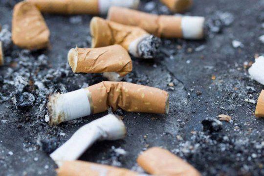 buscan que haya multas para los que tiran colillas de cigarrillos en la calle