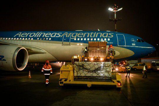 El avión de Aerolíneas Argentinas a punto de despegar para traer las vacunas a Argentina