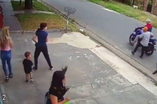 Soltó a su hijo en un robo y la tildaron de mala madre