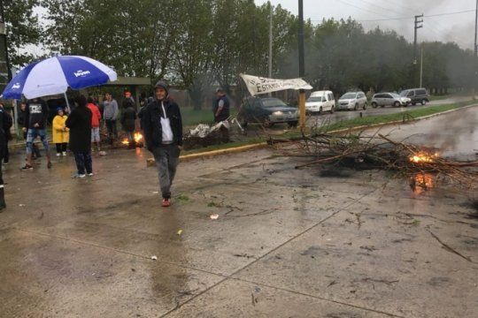 tension en melchor romero, vecinos cortan la 520 en reclamo de asfalto