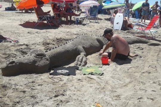 del asfalto a la playa: momeros platenses llegaron a la costa con un concurso de esculturas de arena