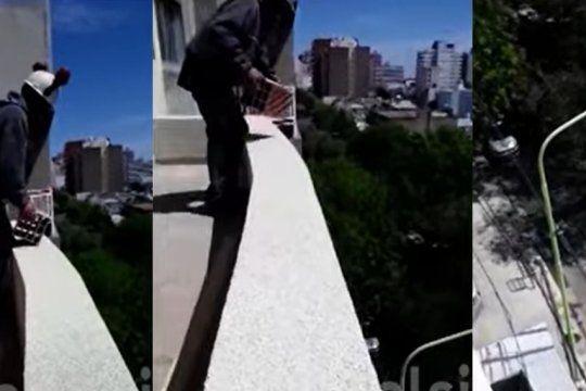Mientras su compañero lo filma, un albañil arroja un ladrillo desde una obra en construcción