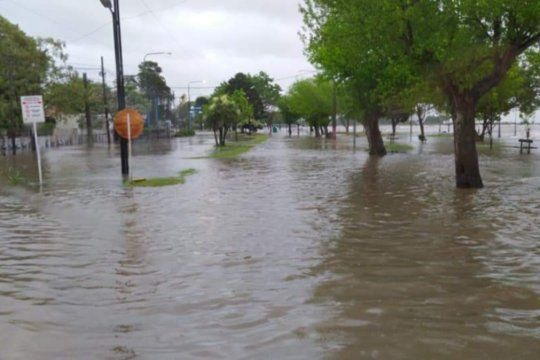 La crecida del río provocó el anegamiento de algunas calles (Foto: @FacundoNoticias)
