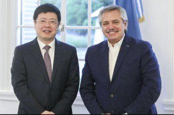 Foto conjunta del Embajador de China en Argentina tomada dos días antes de decretada la cuarentena en el 2020, cuando el Presidente de la República lo recibió en Olivos.