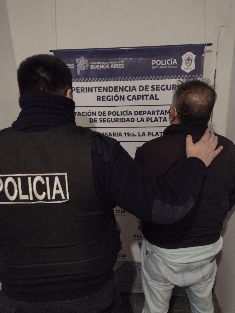 La Plata: secuestran chalecos antibalas, un arma y uniformes policiales
