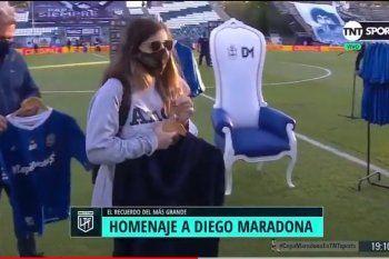 Dalma Maradona junto a Gianinna visitaron la cancha de Gimnasia, en el bosque, a pocos días de la muerte de su padre, en un homenaje que el club le realizó al Director Técnico albiazul