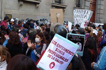 Enfermeros y enfermeras manifestaron frente a la legislatura bonaerense, y hubo represión por parte de la Policía de la Ciudad.