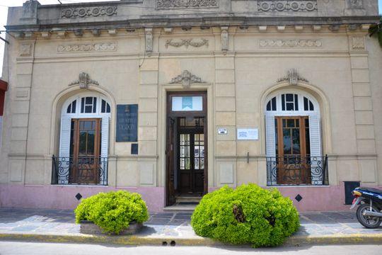 Ubicado sobre la calle Presidente Juan Domingo Perón 482 en Lobos, el Museo Casa Natal de Juan Domingo Perón es uno de los principales atractivos que enaltecen a la ciudad bonaerense.
