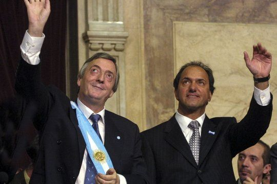Néstor Kirchner junto a Daniel Scioli, al momento de asumir la Presidencia y la Vicepresidencia de la Nación.