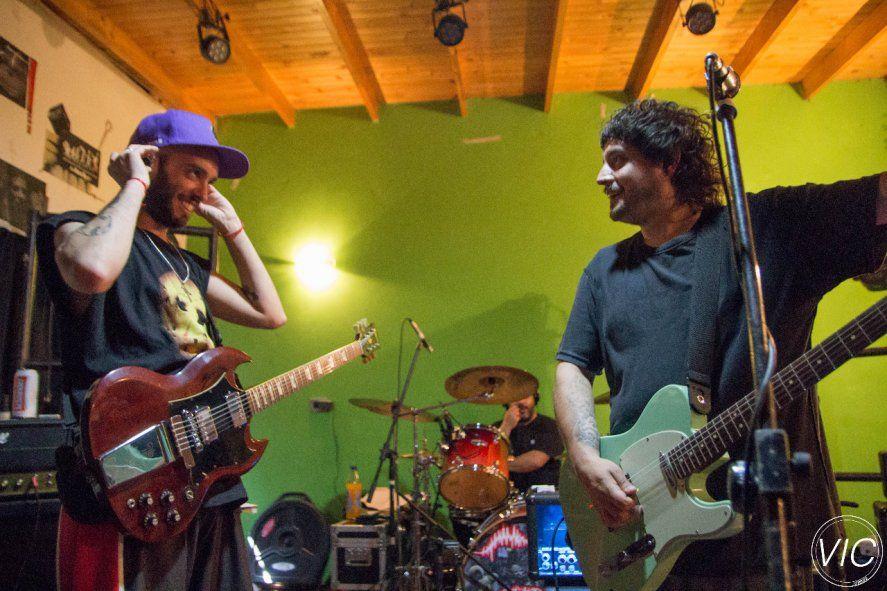 Juan Manuel Calabró (guitarra) y Manuel Rodríguez (Voz) de Sueño de Pescado