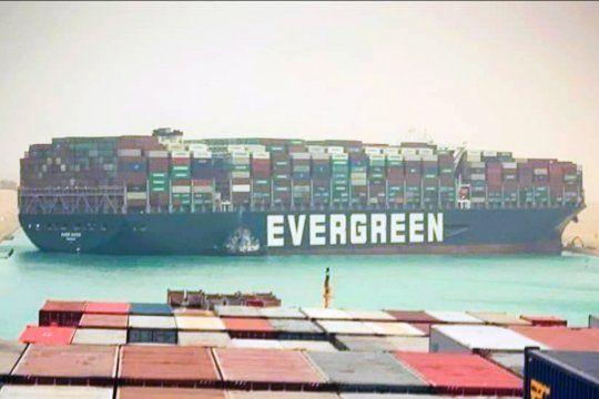 El buque atascado en el Canal de Suez podría hacer subir el precio de millones de productos alrededor del mundo