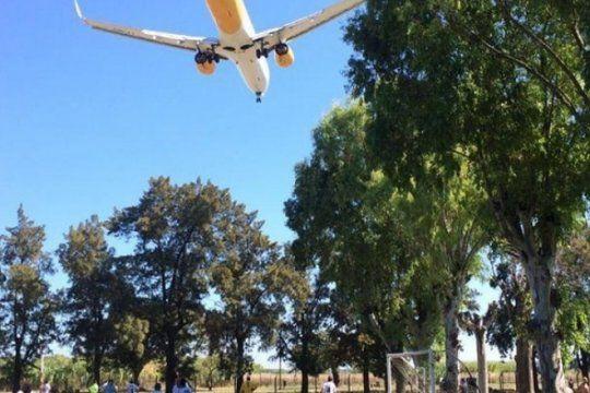 tras un pedido a la justicia, flybondi podria quedarse sin licencia ni aeropuerto en el palomar