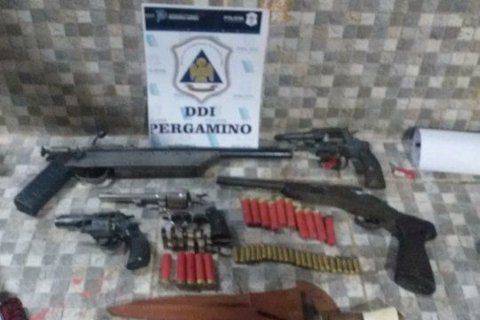 En la casa del acusado del crimen hallaron estas armas y cartuchos