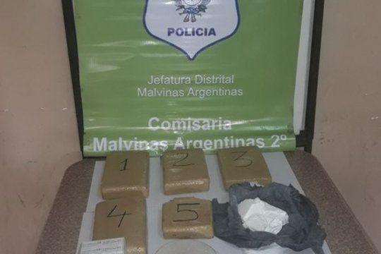 dos narcos se peleaban en un auto: los detuvieron y la policia incauto casi 5 kilos de marihuana