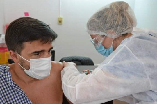 Ezequiel Galli puso el hombro y recibió la vacuna Sputnik V.