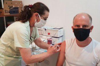 Lisandro Matzkin, intendente de Coronel Pringles, se aplicó la vacuna contra el coronavirus.