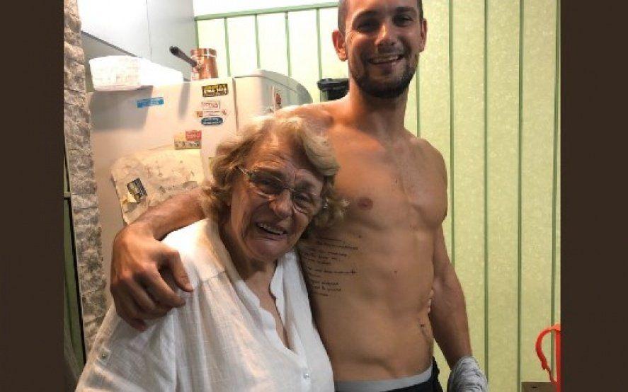 Se tatuó una carta de amor entre sus abuelos: mirá la reacción de la abuela