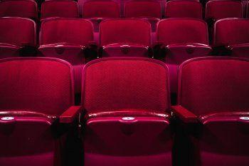 Los cines cerraron en marzo por la pandemia del coronavirus y las películas se quedaron sin espectadores.