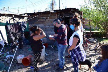 Larroque en Presidente Perón. Recorrió el barrio y prometió mejoras habitacionales para los vecinos y vecinas.