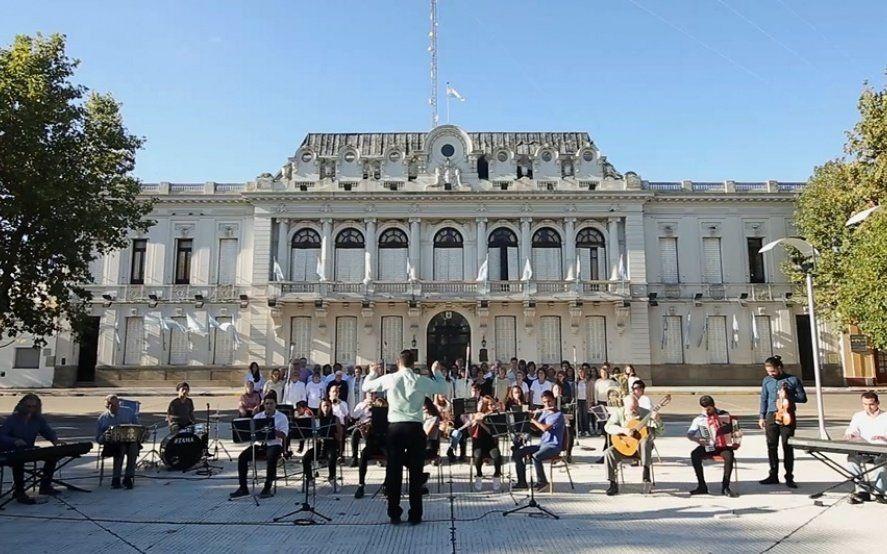 Pehuajó: la inédita versión del Himno nacional en la que participó toda una ciudad