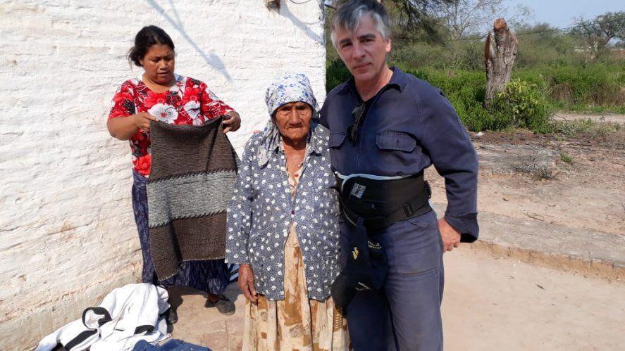 """""""Excombatientes de Malvinas llevan ayuda humanitaria a El Impenetrable chaqueño"""" En la foto Mauro Luchetti, junto a dos mujeres del El Impenetrable."""